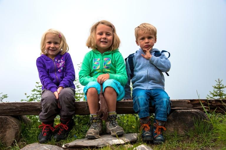 drei Kids mal nicht in Bewegung