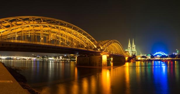 Hohenzollernbrücke mit Blick auf Kölner Dom und Oper