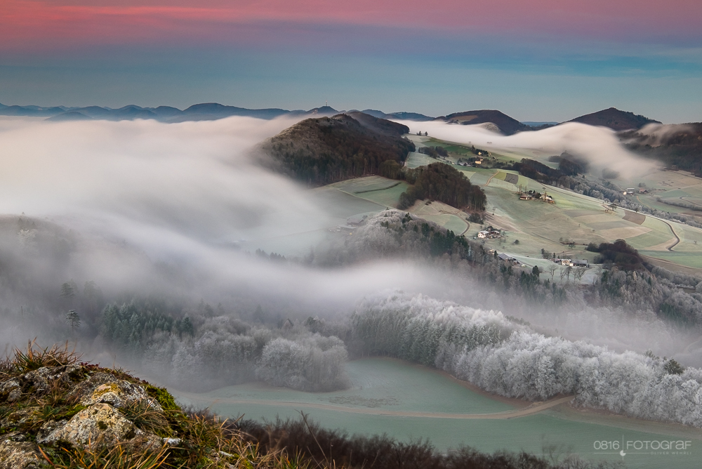 Nebel fliesst über die Jura Hügel bei der Gisliflue