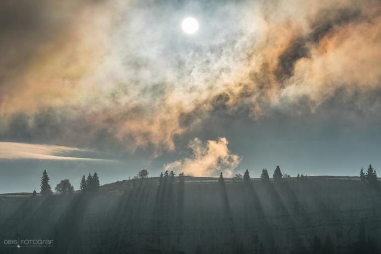 Creux-du-Van, Jura, Neuenburger Jura, Sonnenaufgang, Sturmnebel, Sturmbise, Nebelschwaden, Nebel, Landschaftsfotografie, Fujifilm X-Pro2, Fujifilm